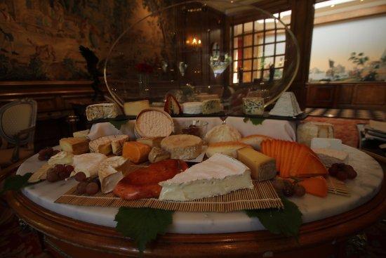 Gosnay, France: Le plateau de fromages régionaux est complété par des fromages d'autres régions, affinés sur pla