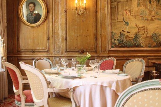 Gosnay, France: Une table de la grande salle du restaurant.