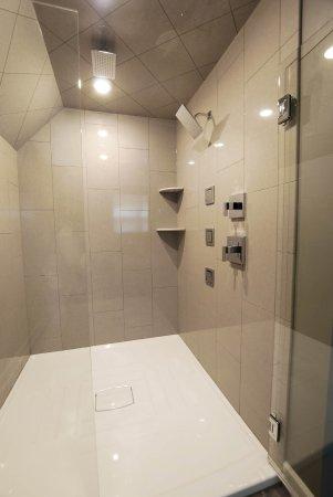 Homestead Suites: Pine:Oversized walk-in rain shower