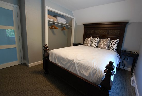 Homestead Suites: Pine: Queen bedroom