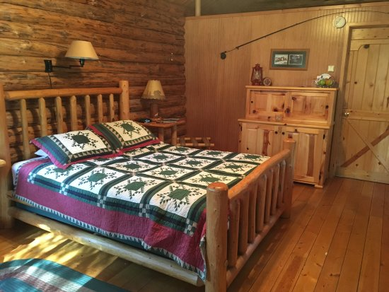 Silverwolf Log Chalet Resort: Nice soft bed - with an extra blanket!