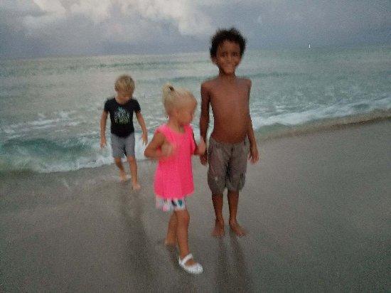 Marine Villas: Grandkids loving tge evening on the beach.
