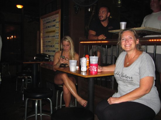 Muddy Waters Bar and Grill: Happy customers
