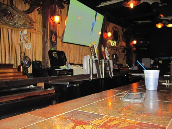 Muddy Waters Bar and Grill: Back bar