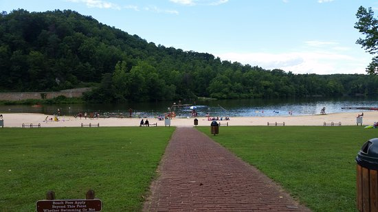 Stuart, Wirginia: Beach at the lake inside the park, couldn't go further without paying