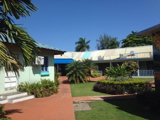 Toby's Resort: Well kept gardens