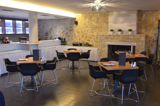 Hotel Perivoli: Salle du restaurant et du buffet petit déjeuner