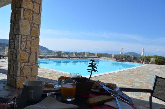 Hotel Perivoli: Terrasse du petit déjeuner.