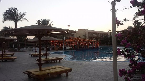Desert Rose Resort: Tropicana Bar early evening