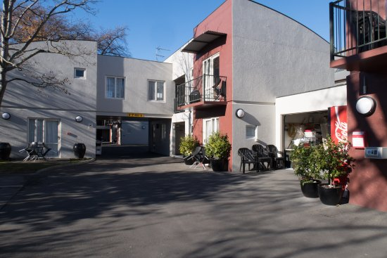City Centre Motel: View from courtyard/parking area.