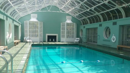 Winston Salem, Carolina do Norte: Swimming Hall - McCalls were kept in the birdcages as decor when guests were being entertained