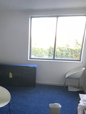 Horley, UK: The room given with no bed! A big mistake don't they know when renovating???