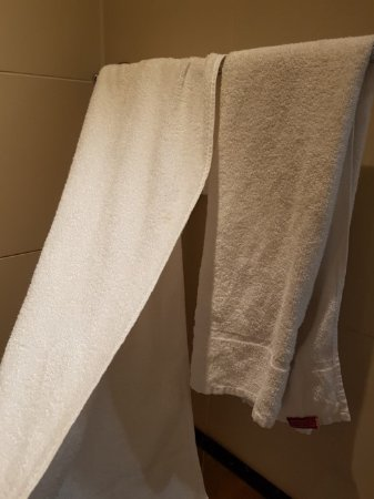 Courthouse Hotel: Thin grey towels