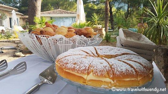 Vaugines, Frankrijk: Breakfast at L'Elephant