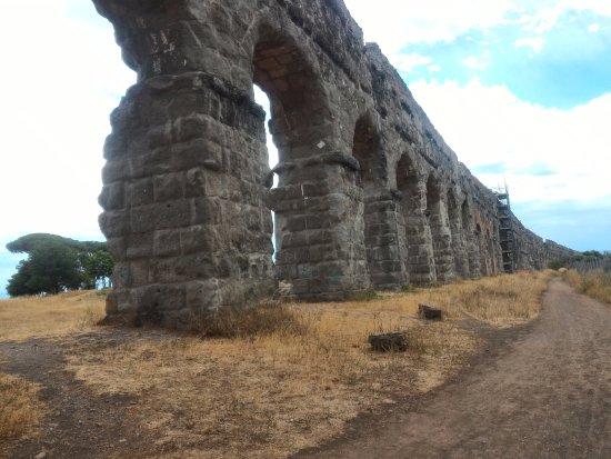 Parco degli Acquedotti : Visão Geral do aqueduto com arcos altos.