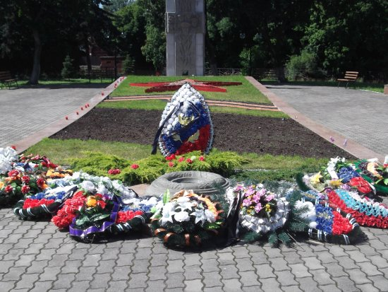 ‪Memorial Complex at the Mass Grave of Soviet Soldiers‬