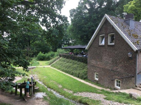 Beek, Países Bajos: Het terras (achter) met een kinder water speel terrein