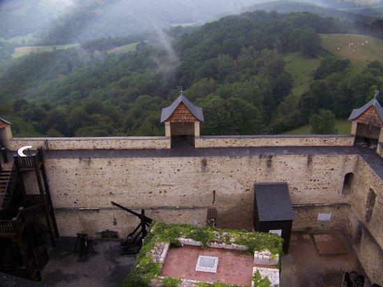 Mauvezin, Prancis: gedeelte van de binnenplaats vanuit de toren