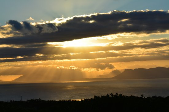 Grootbos Private Nature Reserve, África do Sul: sunset from our chalet
