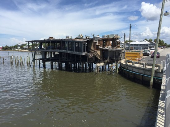 Cedar Key, Флорида: Some damage from the hurricane being repaired