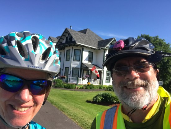 Stratford, Kanada: Two happy cyclists in front of the beautiful Prince County Bed and Breakfast