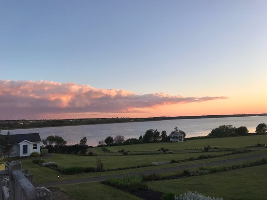 Stratford, Kanada: Sunset by the Inn at St. Peter's Bay