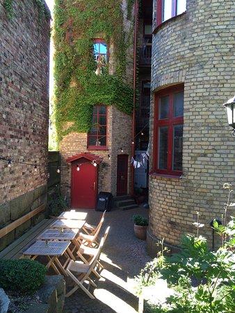 Okens Bed & Breakfast: Den mysiga innergården