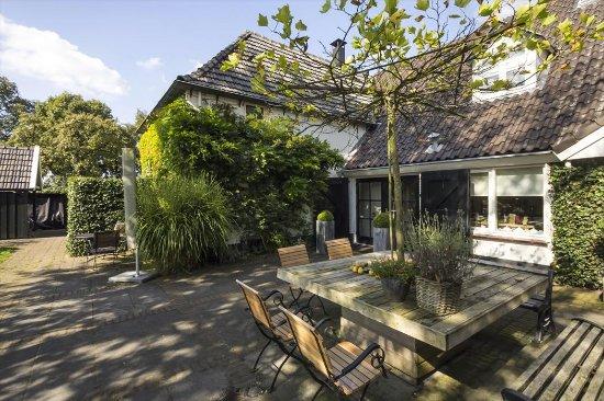 Hulshorst, The Netherlands: In de gemeenschappelijke tuin ontbijten of lekker relaxen