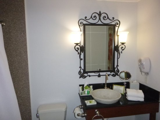 Villa Montes Hotel, an Ascend Collection Hotel: Very nice bathroom. Nice toiletries