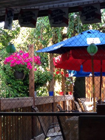 Amboy, WA: The outdoor patio at Nicks. Smoking section available.