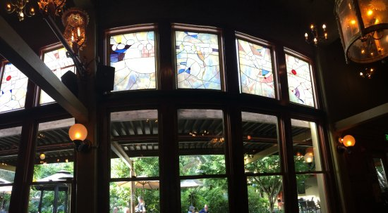 Bothell, Waszyngton: Beautiful decor, including these stained glass windows in the Tavern on Square.
