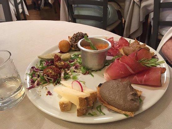 Tirli, Italy: La tartare di Chianina, l'antipasto misto maremmano, lo stinco di maiale ristretto al Morellino,