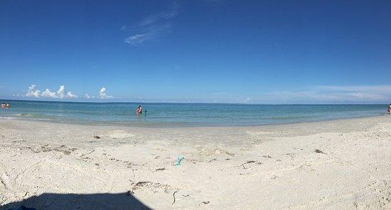 Barefoot Beach Resort: Public Bech Access