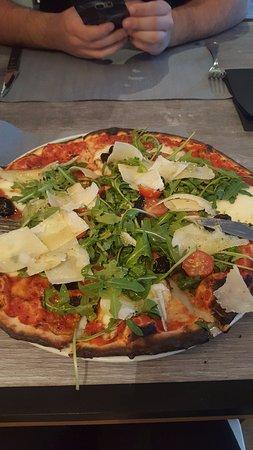 Cabries, France : Pizza tomates cerises, roquette, parmezan