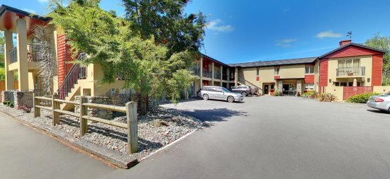 Hanmer Springs, Νέα Ζηλανδία: Driveway in to onsite parking in front of units