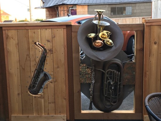 Manzanita, OR: Musical instruments art work on patio at MacGregors