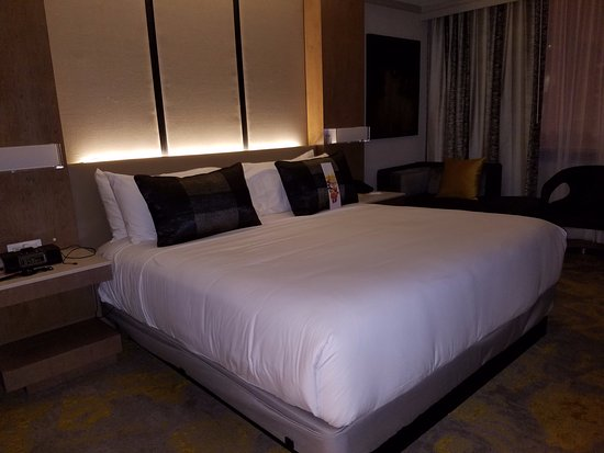 Washington Court Hotel on Capitol Hill: Comfy King Bed