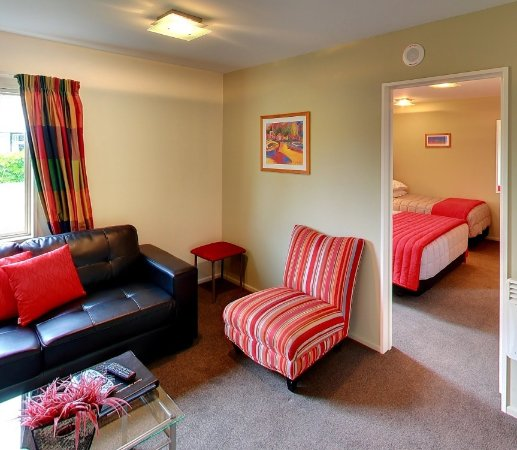 Hanmer Springs, Nueva Zelanda: Partial view of the lounge and separate bedroom of our 1-bedroom units