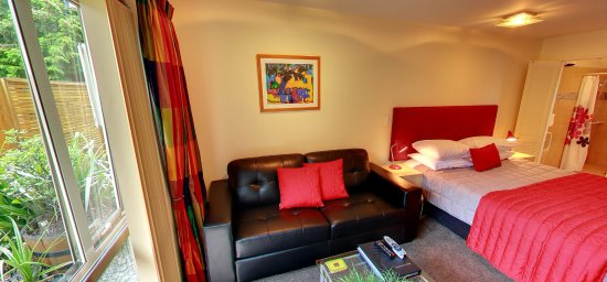 Hanmer Springs, Nueva Zelanda: Our downstairs units have a small courtyard with outdoor table and chairs