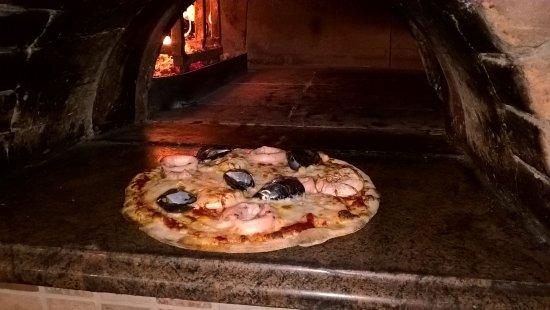 Fiumalbo, Italy: pizza ai frutti di mare