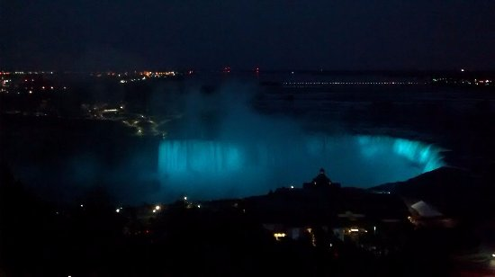 Oakes Hotel Overlooking the Falls: Our view from our room at night. This is Horseshoe Falls.