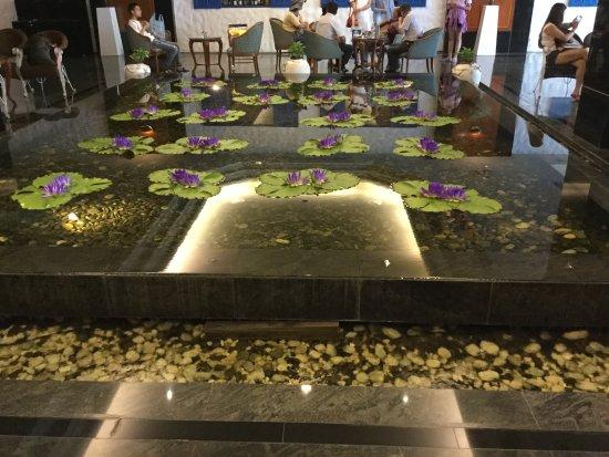 Bangkok Hotel Lotus Sukhumvit: ロビーには蓮池。