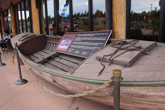 Tusayan, อาริโซน่า: Replica boat such as the one used by John Wesley Powell in his voyage through the Grand Canyon.