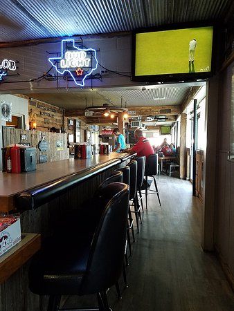 Lindsay, TX: Small bar serving beer and wine