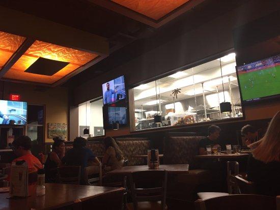 Morrisville, Kuzey Carolina: Kitchen window with Sports screens