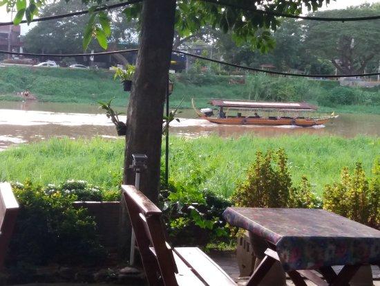 Hollanda Montri Guesthouse: Restaurant aan de rivier de ping