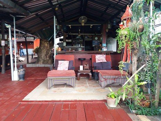 ฮอลแลนด์ มอนทรี เกสท์เฮ้าส์: Bar en restaurant aan de rivier de ping