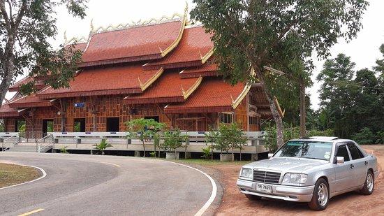 Sangkhom, تايلاند: โบสถ์ไม้ทั้งหลังที่ได้รูปแบบมาจากหลวงพระบาง