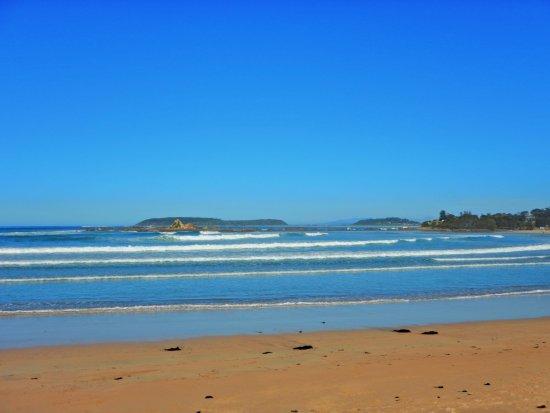 Tomakin, Australië: Beach and right point break