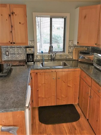Sticks and Stones Country Cottage: Galley kitchen with all the amenities of home.
